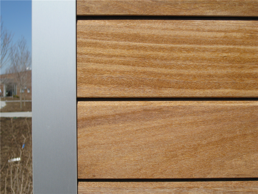 Close up photo of metal corner using aluminum and Cumaru hardwood.